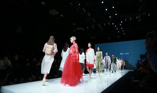 """""""金帝""""携手独立设计品牌""""上手花田""""亮相中国国际时装周"""