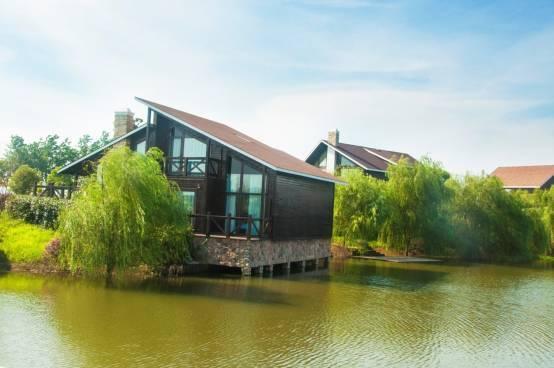 同时,利用欧式乡村度假小木屋,打造异域的度假风情.