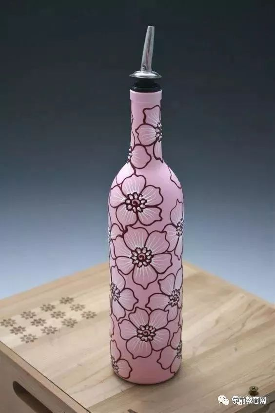 利用酒瓶做彩色手绘 技法也相当多 画酒瓶 一般采用丙烯,水彩颜料上色