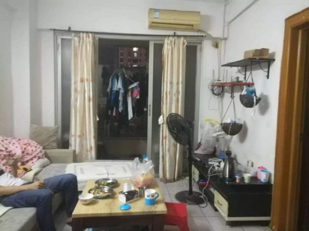 另一房间为原业主在客厅隔出的暗房,没有窗户.图片