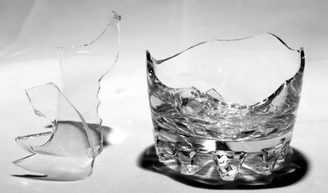 玻璃杯打碎了,地上碎渣到处是.有些细小的钻进缝隙里,不好清理干净.图片