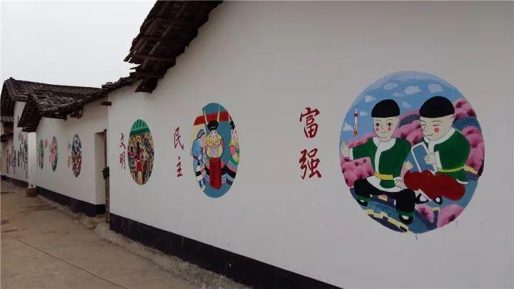 在志愿者们的认真绘制下,一幅幅社会主义核心价值观墙绘作品,成为新图片
