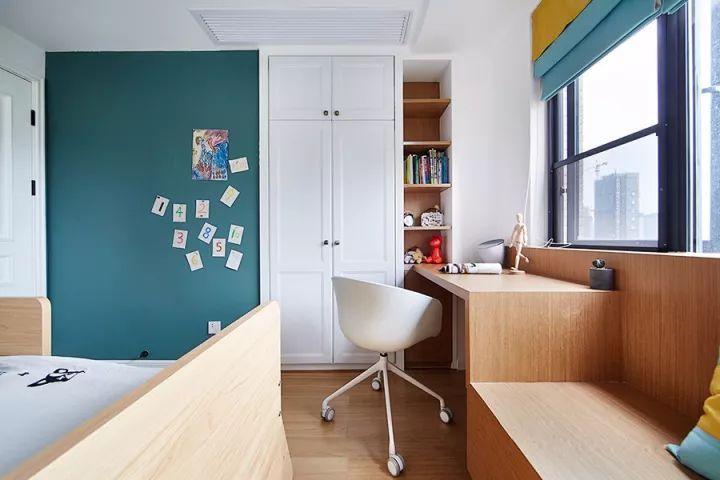 靠窗打造了一个飘窗与书桌,一体式设计,很省空间.图片