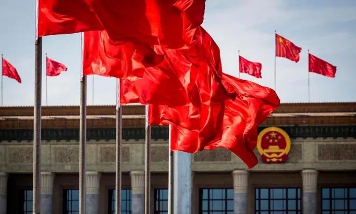 人民大会堂飘扬的中国国旗 图源:网络