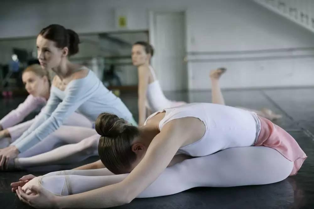 初学者如何压腿拉筋不伤膝 快来掌握正确压腿方法
