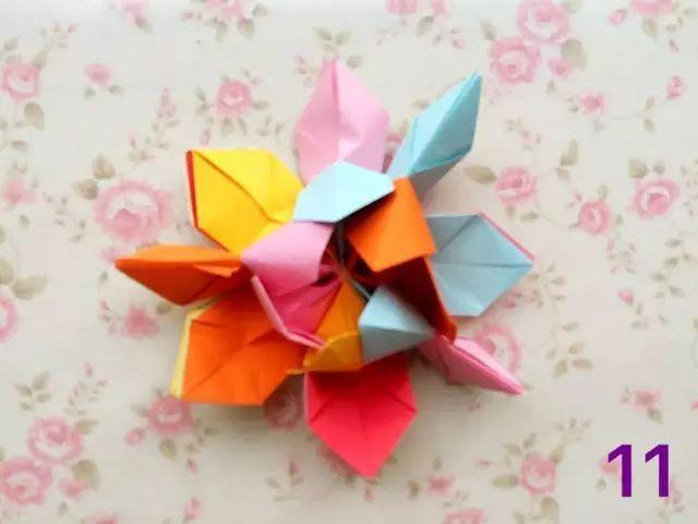 母婴 正文  03 立体折纸荷花1 制作步骤图解: 把两边的纸向中间对折
