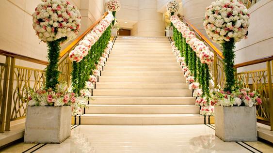 酒店婚礼现场花艺布置,婚礼楼梯阶梯扶手鲜花装饰—