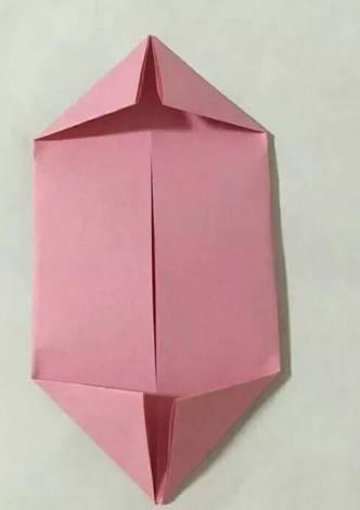 教育 正文  03 立体折纸荷花1 制作步骤图解: 把两边的纸向中间对折