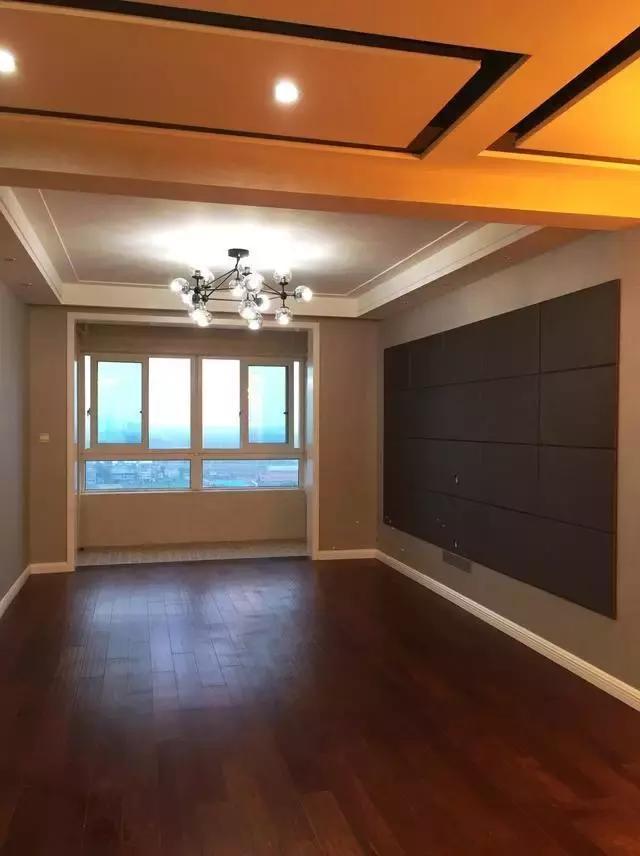 整屋铺的木地板,墙纸也一点不花哨,灯具选择时尚感十足.