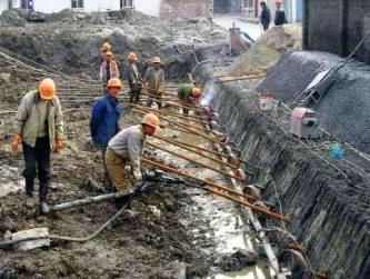 (4)钉孔注浆   (5)挂钢筋网   (2)钻设钉孔:   钻设钉孔有两种方法:一种是使用洛阳铲人工成孔,此种方法用于纯土坑壁.