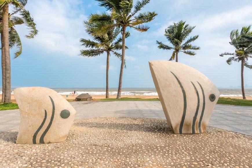 海口与三亚的区别:三亚海滩人流不断海口海滩空无一人