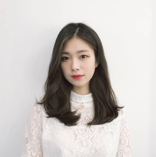为了很多打算换发型的小仙女,今天准备了一个最新韩式流行发型,2018