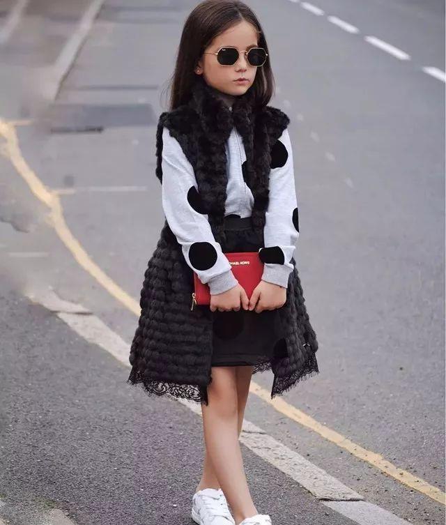 小巧的针织小半裙搭配毛衣和皮草小马甲,光是看着就让人感觉暖到不行!