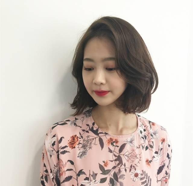 为了很多打算换发型的小仙女,今天准备了一个最新韩式流行发型,2018图片