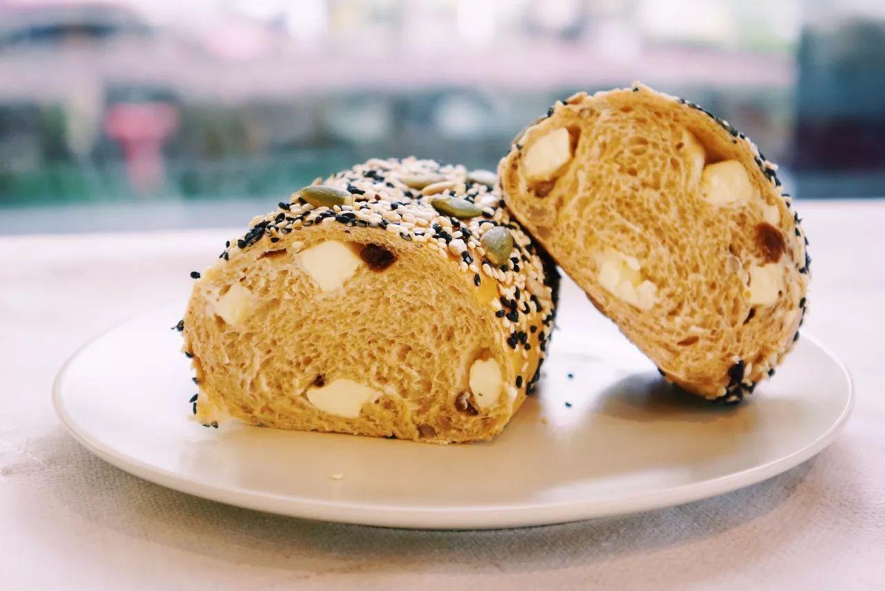 一家纯白色的手工甜品屋,面包不添加蓬松剂
