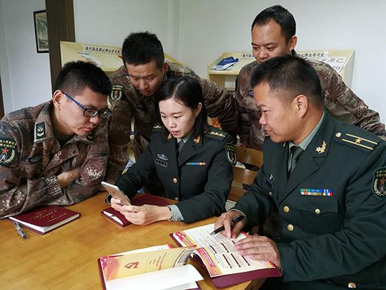 战略支援部队某部深入开展学习贯彻十九大精神教育活动