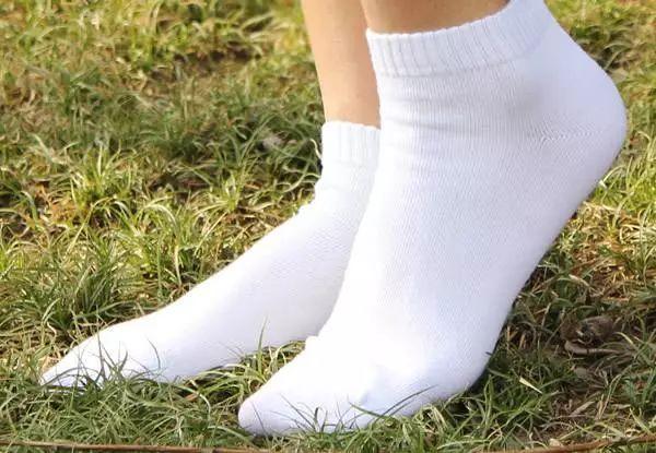白袜子脏了?抹点这个,冲洗干净和新买的一样!
