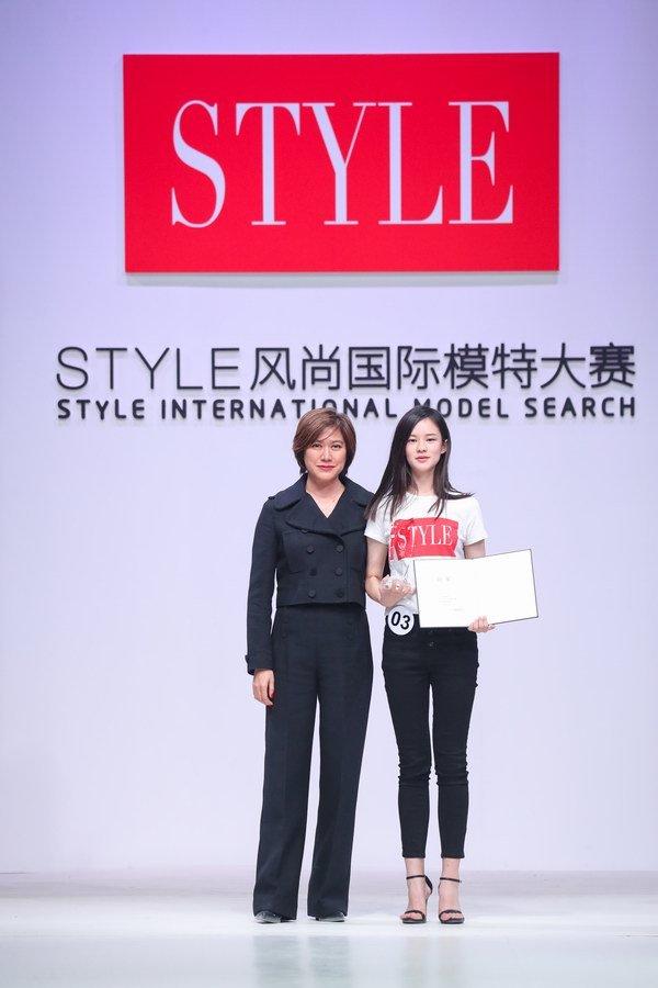 STYLE风尚国际模特大赛总决赛评判长Kim Chou和STYLE风尚国际模特大赛冠军王禧暄