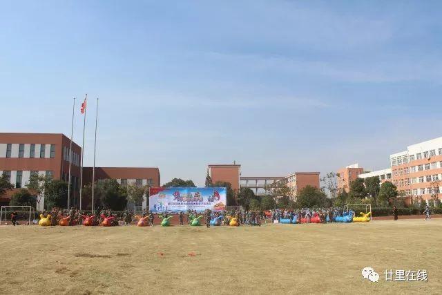 """阳光双语幼儿园的""""梦幻海陆空""""大型活动是一次亲子活动,更是一堂爱国"""