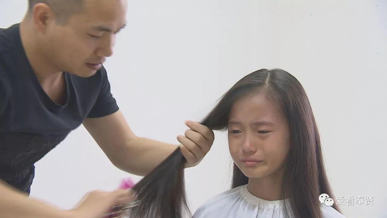 十年的长发,这个十岁的女孩强忍着内心的舍不得,示意理发师继续剪下去