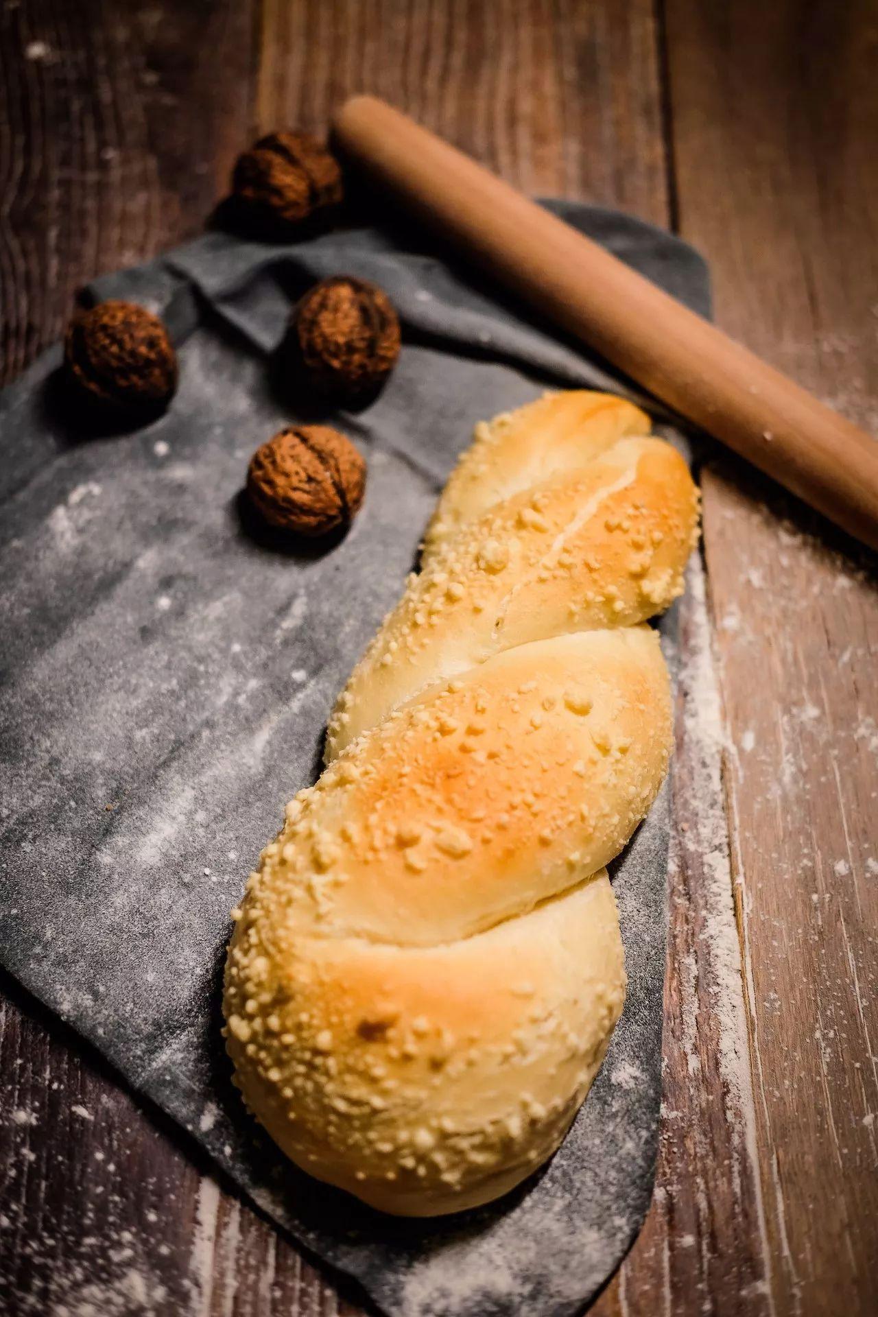 不加一滴油,自制松软的红丝绒面包,无糖吃着更健康