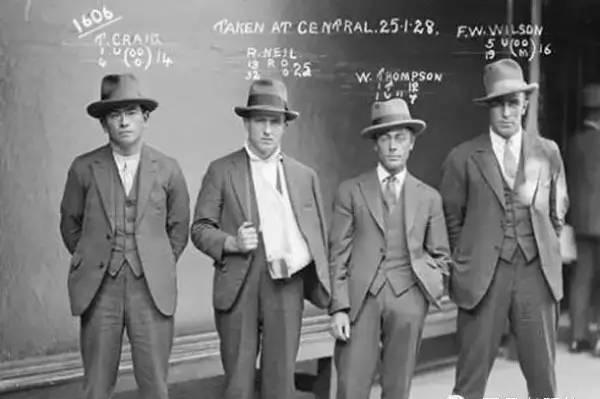 20年代照片_美国20年代,罪犯入狱时拍摄的照片
