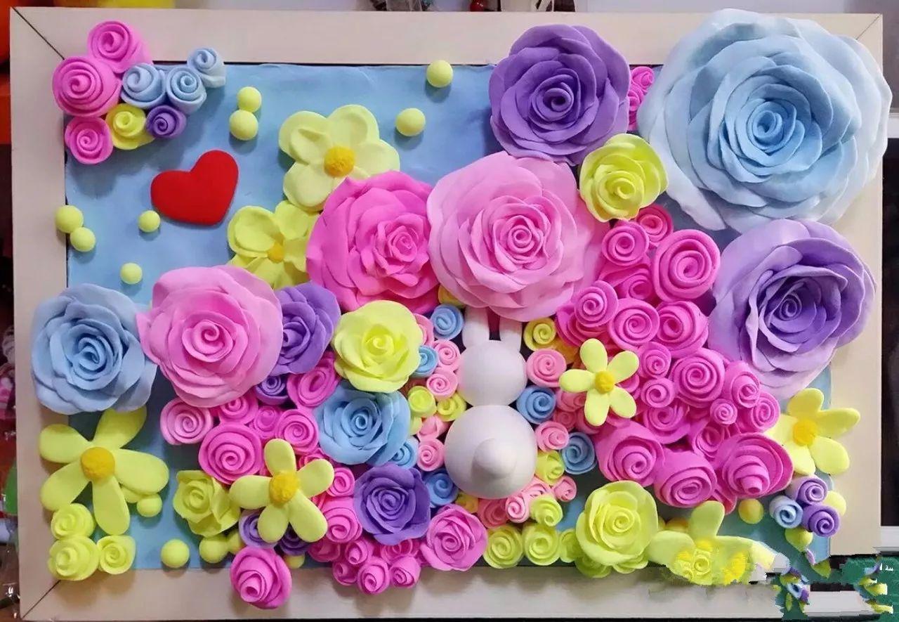 原标题:优尔俱乐部--《粘土花装饰画》 《粘土花装饰画》 相信很多人都喜欢在家里放一些花做装饰 但是鲜花的保质期都是有限的 如何让美丽又鲜艳的花可以始终不凋零呢 我们不妨动手做一副永不凋零的花 作为装饰画放在家中 让孩子们来手动DIY粘土花 体验手工的乐趣 一起动手吧!
