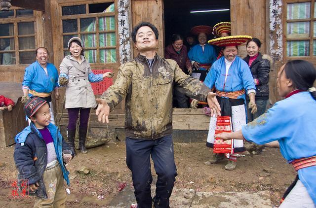湘西花瑶怪诞的婚俗:新娘新婚之夜不得入洞房,宾客在玩蹾屁股