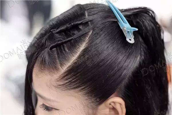 用打结的手法将头发编织成网状,并卷一个玫瑰卷