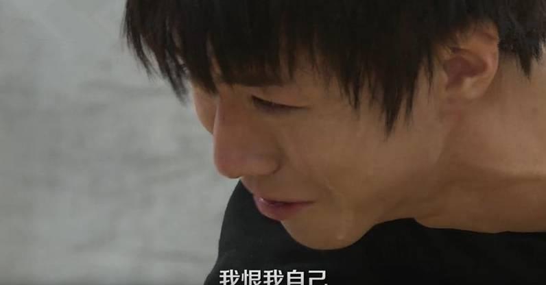 王俊凱脖子上,手腕上全是於痕,受傷流淚的他讓人心疼圖片