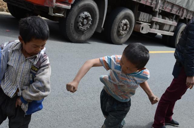 新疆小孩最真实的样子,盛装出行时帅呆了
