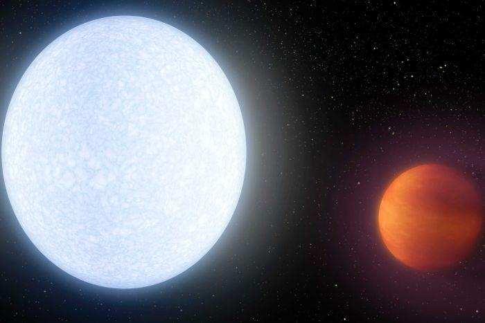 由于距离其中心的恒星实在是太近,并且中心的快要死亡的恒星是宇宙中最热、最巨大、最明亮的恒星,就拿我们的太阳作为参照物,太阳的温度大约是5800摄氏度,而这个行星的表面温度就已经达到了近4600摄氏度,也就仅仅比太阳低1200摄氏度.