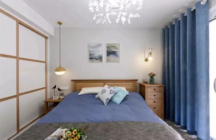 床的左边摆放的是一个床头柜,顶面安装一盏吊灯,显得很有情调图片