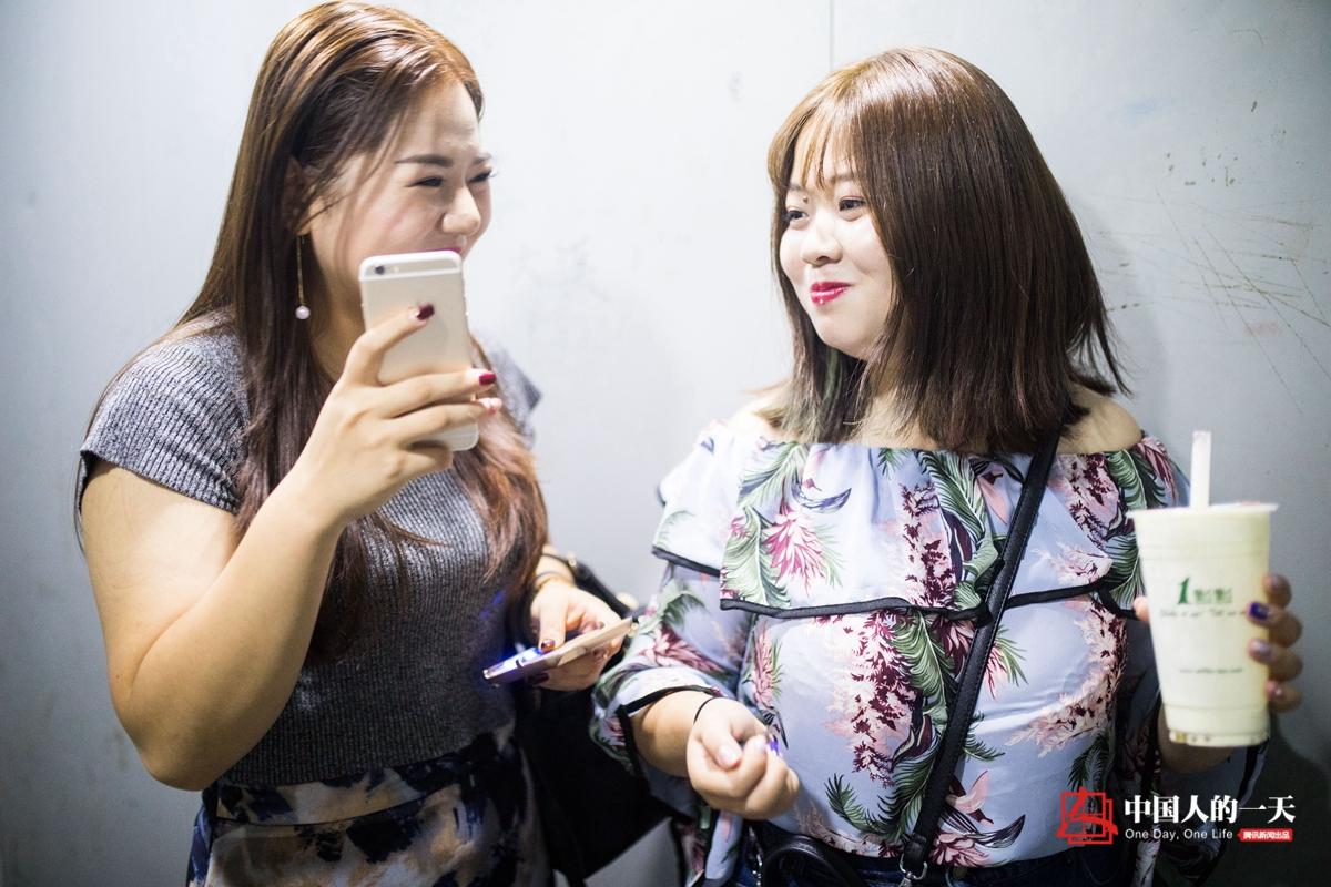 150斤胖女孩当服装模特 每天直播六小时 | 中国人的一天