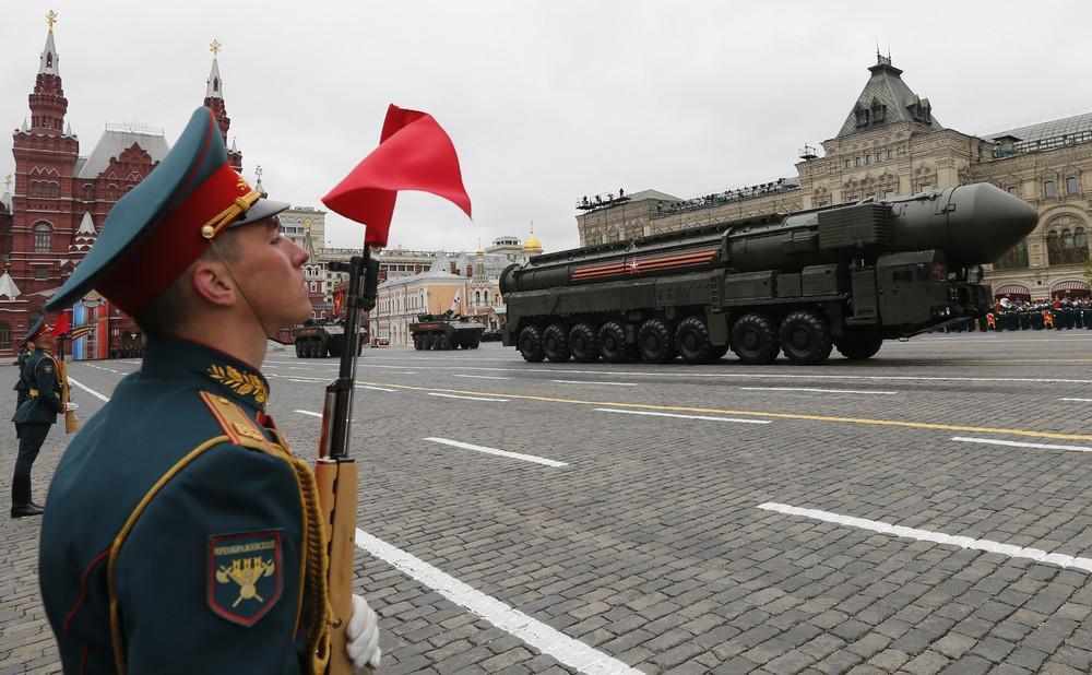 俄罗斯红场阅兵解密:女兵方阵惊艳网友,鸽子鞋子成为亮点