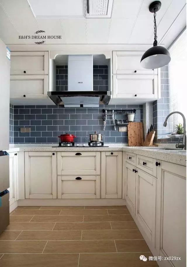 厨房地面仿木地板瓷砖铺贴效果,白色美缝处理,是不是有木地板的感觉