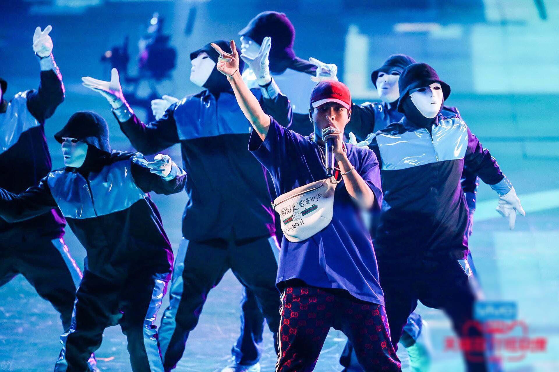 王嘉尔新歌舞台正能量 主持表演两不误 -1fe05a2efdc44fec9ee321f6bb2d5c0a