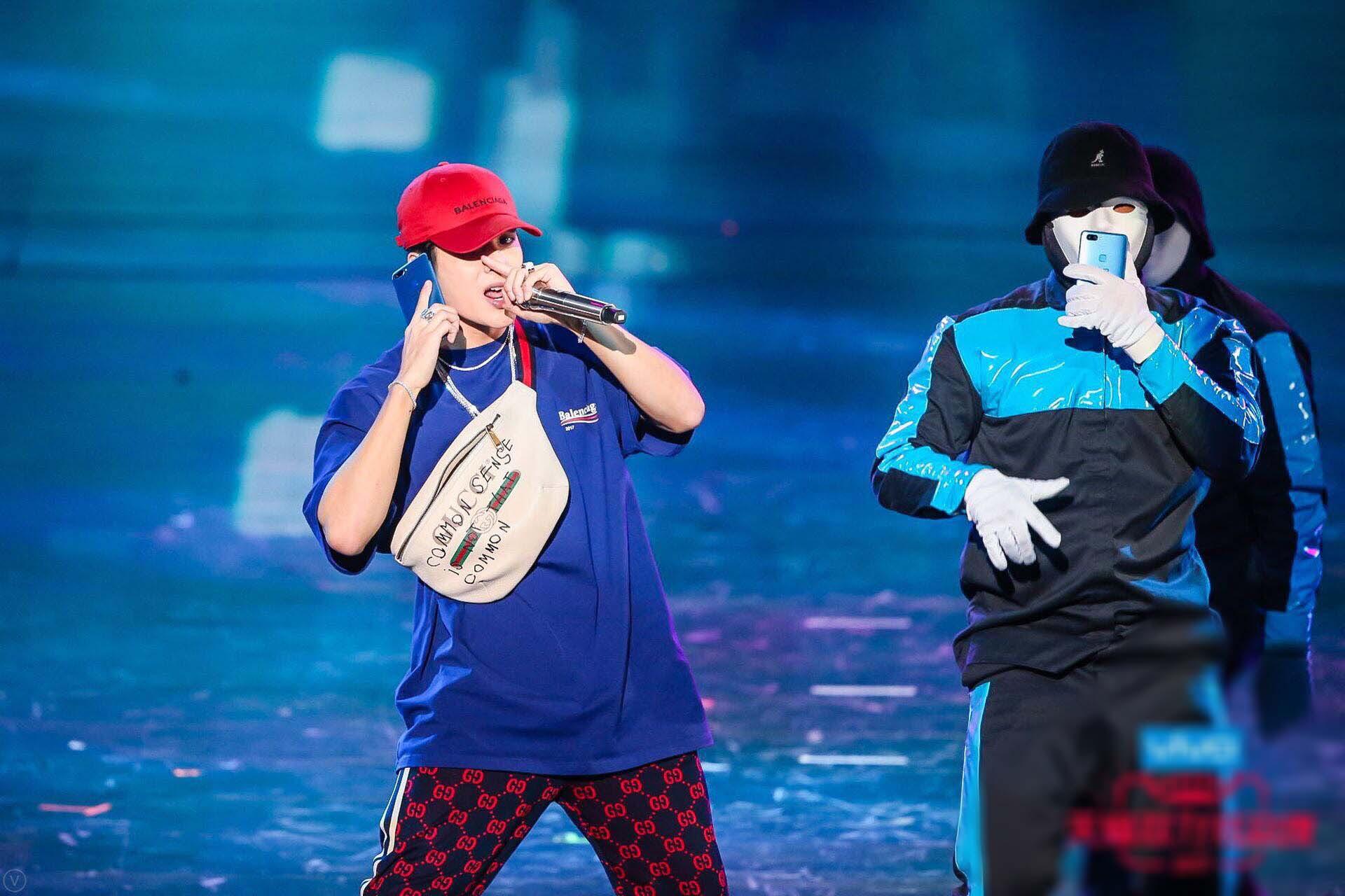 王嘉尔新歌舞台正能量 主持表演两不误 -5c6c3a9b3c7b4a2bb28fbe174473bdbc