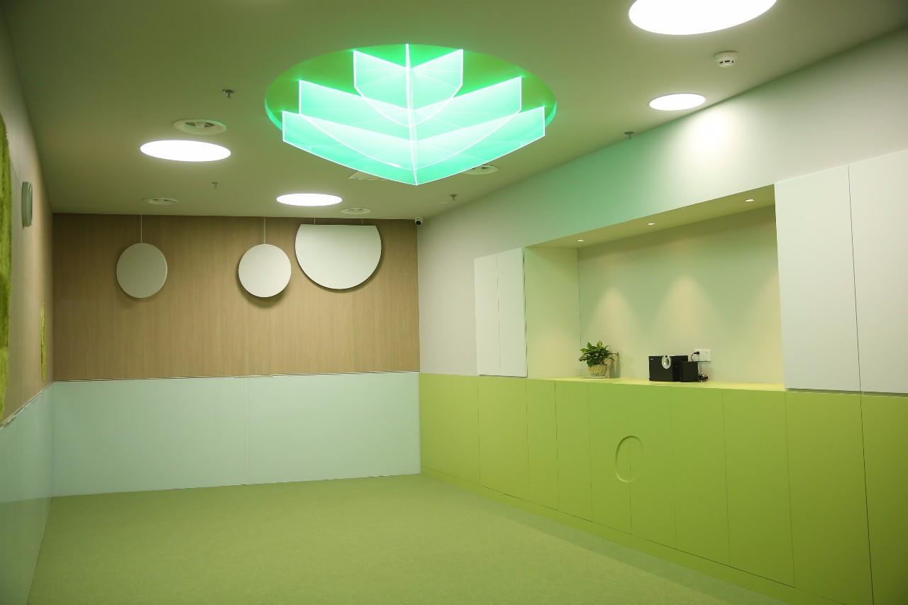 母婴 正文  绿色森林主题,色调舒适,指导师们和孩子们在教室中演绎图片