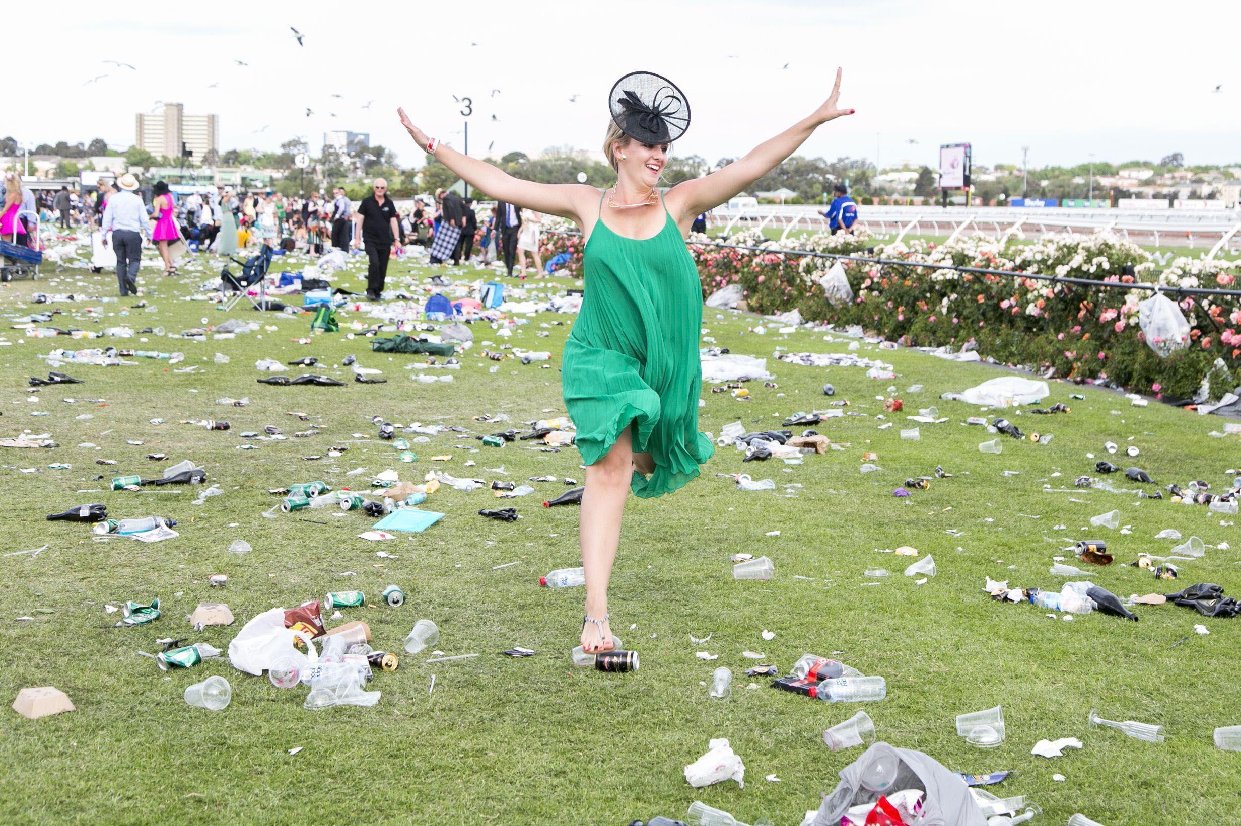 土澳赛马节成互摸节:乱丢垃圾洋相百出,英国网友吐槽不已