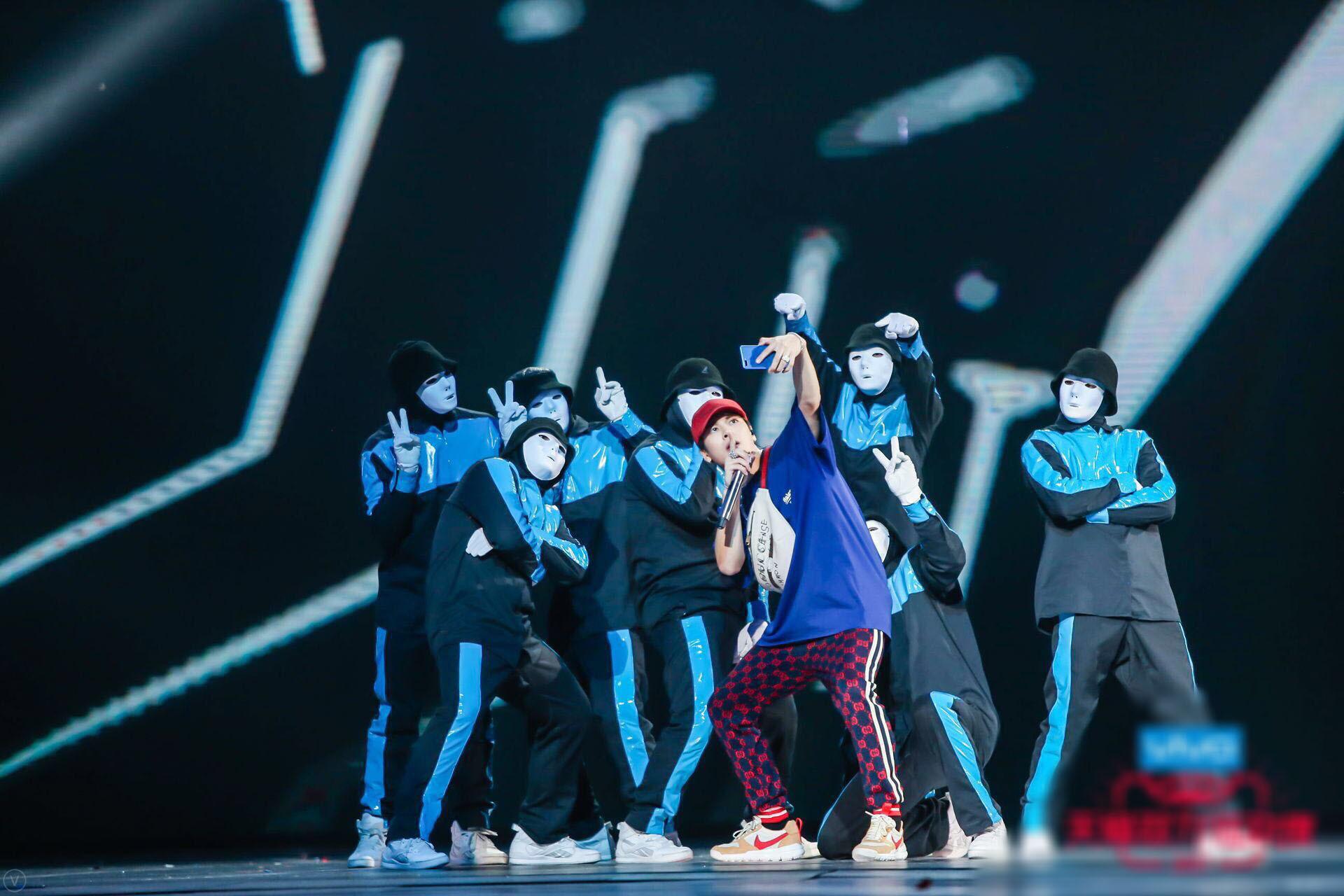 王嘉尔新歌舞台正能量 主持表演两不误 -96227a47e2984b42b5d6811004ef7242