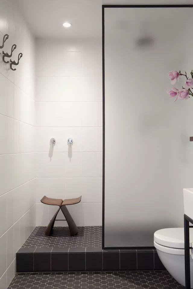 长方形的洗手间用玻璃作为半隔断墙,同样保持了洗手间的整体感.