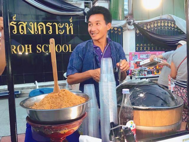 实拍:泰国街边的小贩,和咱们有啥不一样?