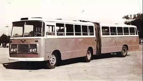 通道式公共汽车-纠100年前的公交车竟然是木制的高清图片