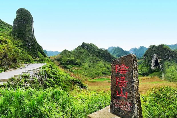 广西最大岩溶仙人桥竟横空跨越公路 神奇阴阳山被誉天下奇观!
