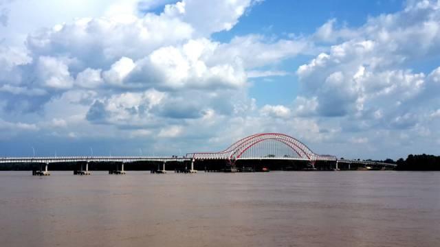 该桥结束了贝尔格莱德70多年仅有一座横跨多瑙河大桥的历史.