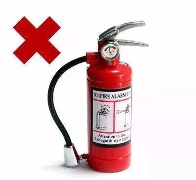 扑灭电器设备火灾,只能使用干式或二氧化碳灭火器,不得使用泡沫灭火器.