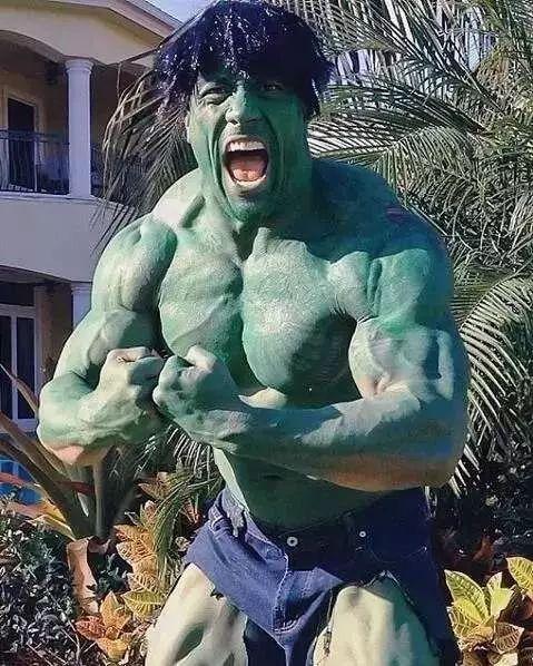 万圣节国外肌肉男这样度过,乌利塞斯最霸气,巨石强森帅出新高度_苦瓜减肥胶囊