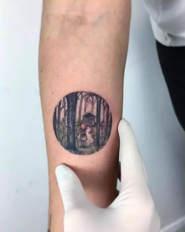 """""""  纹身艺术家 eva krbdk 的作品,用圆形的插画作为纹身的图案,笔触"""
