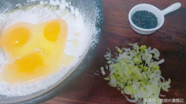 鸡蛋葱花饼配粥 早餐满满能量